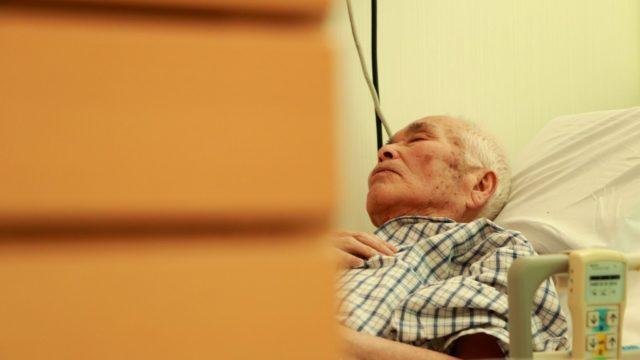 眠るおじいさん